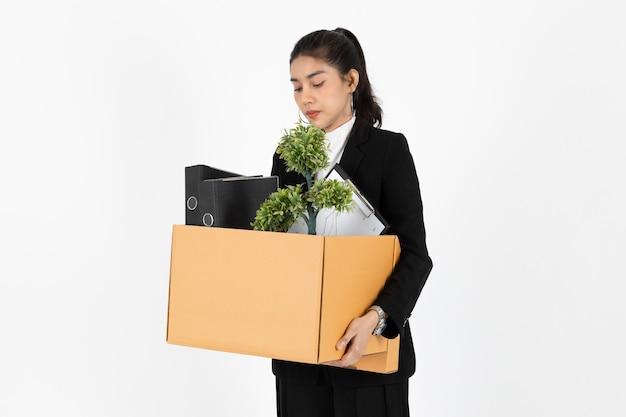 De werkloze jonge aziatische doos van de bedrijfsvrouwenholding met persoonlijke bezittingen