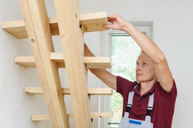 De werknemer en houten trappen.