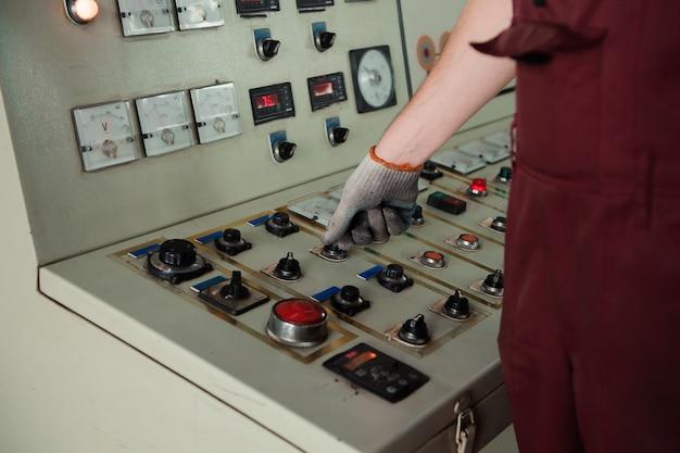 De werknemer hand in een vuile handschoen in productie.