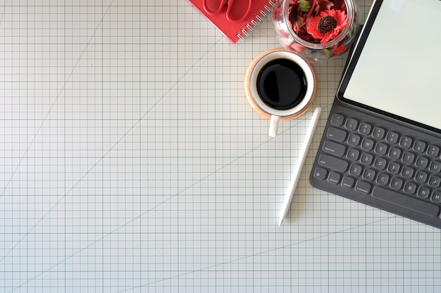 De werkruimte van grafisch ontwerper met een potloodtablet, computer, kleurenstalen