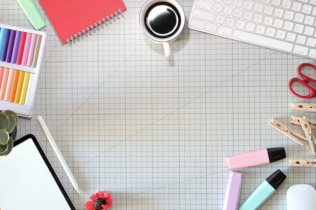 De werkruimte van grafisch ontwerper met een potloodtablet, computer, kleurstalen en kopieerruimte
