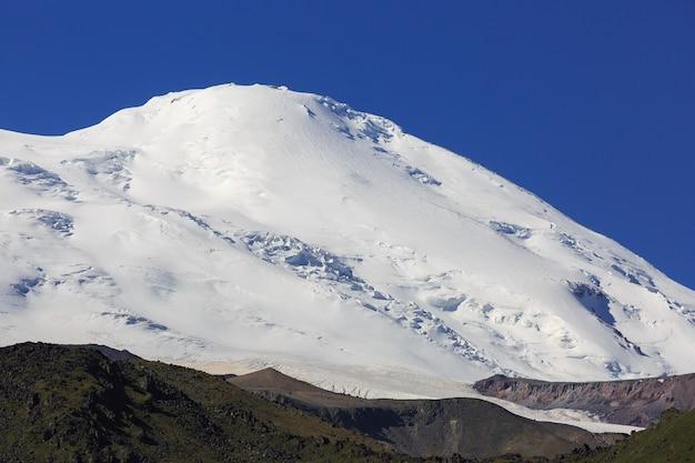De westelijke top van mount elbrus is bedekt met sneeuw.