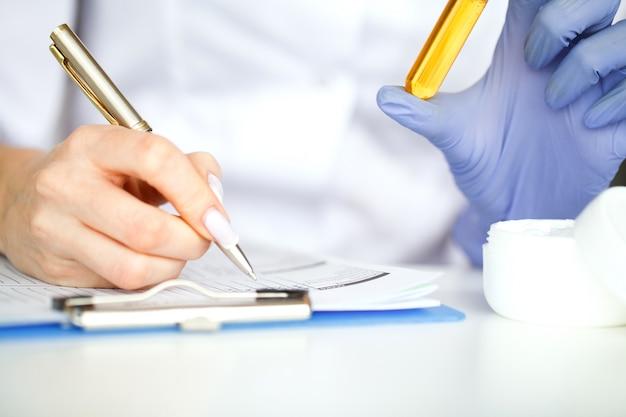 De wetenschapper, dermatoloog maakt het organische natuurlijke kruidencosmetische product in het laboratorium. schoonheid gezonde huidverzorging concept. kruidengeneeskunde, blanco verpakking, fles, container. crème, serum