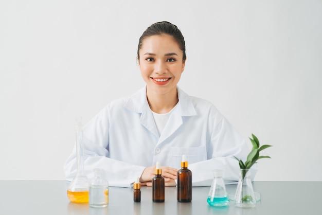 De wetenschapper, dermatoloog, test het organische natuurlijke cosmetische product in het laboratorium.