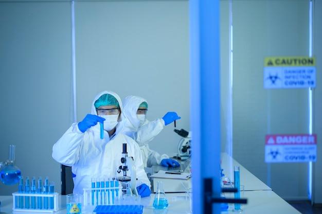 De wetenschapper test en doet onderzoek in laboratorium, wetenschap en technologiegezondheidsconcept