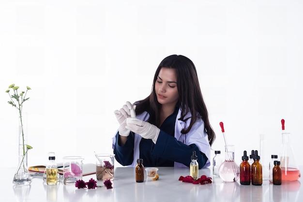 De wetenschappervrouw die in laboratorium werkt