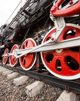 De wielen van de oude trein gefotografeerd door een close-up