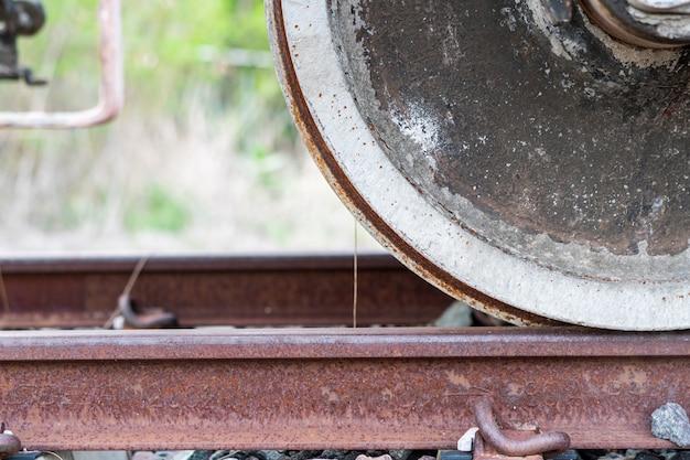 De wielen van de trein die worden gedragen door gebruik en weersomstandigheden