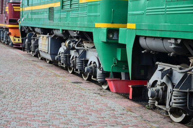 De wielen van een moderne russische elektrische trein met schokbrekers en remmende apparaten.
