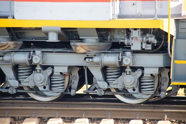 De wielen van een treinauto. russische spoorweg. vervoer. goederenvervoer per spoor