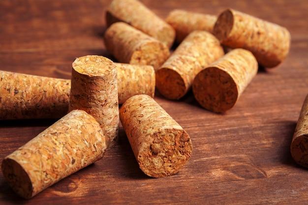 De wijn kurkt op houten achtergrond