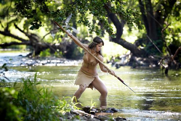 De wilde jager uit de amazone die in een rivier jagen