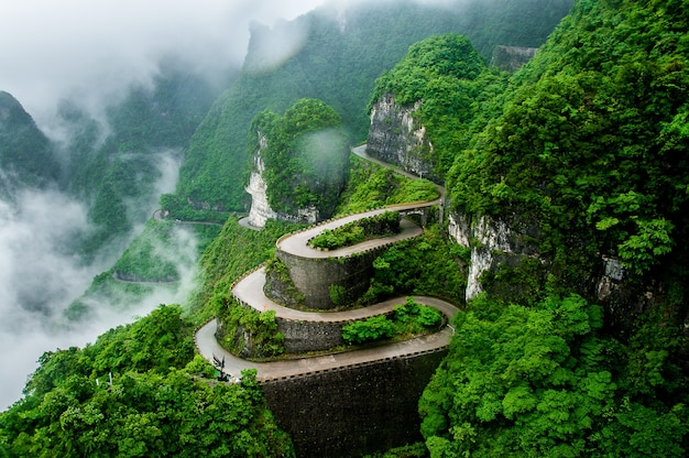De windende weg van tianmen-berg nationaal park (zhangjiajie) in wolkenmist, china