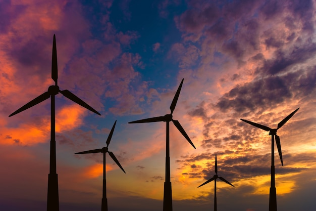 De windturbines op de achtergrond van een avondlucht