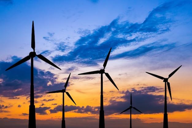 De windturbines op de achtergrond van een blauwe lucht