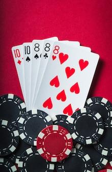 De winnende pokercombinatie is full house of full boat. chips en kaarten op rode tafel in de pokerclub