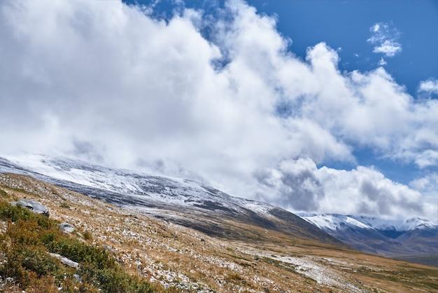 De winter is begonnen aan de siberische steppe, met sneeuw bedekte bergtoppen. het ukok-plateau van altai