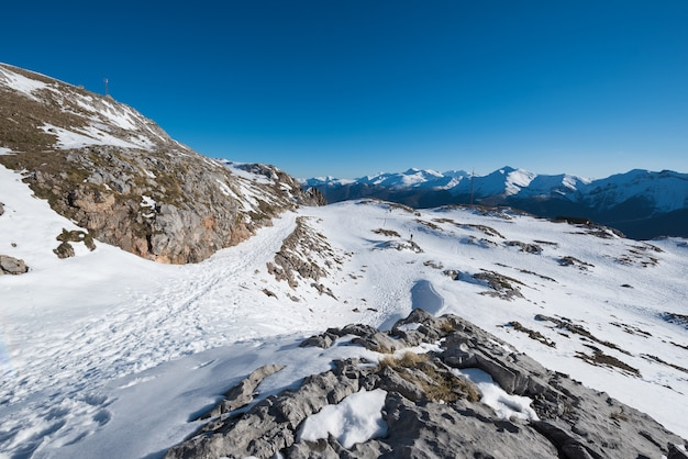 De winterlandschap in picos de europa-bergen, cantabrië, spanje.