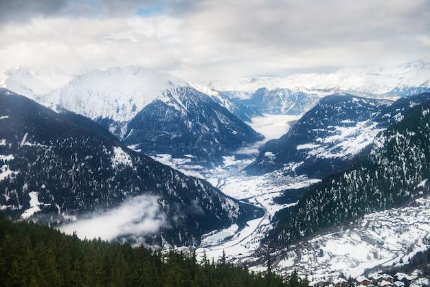 De wintermening over de vallei in zwitserse alpen, verbier, zwitserland