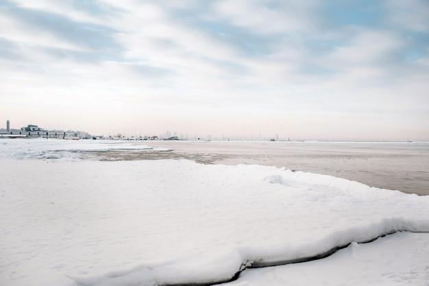 De winterpromenade van de oostzee bij tallinn. winter in de buurt van de baltische staten aan de kust.baltics in de winter.