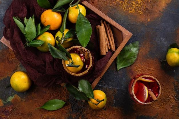 De wintersangria in houten doos met mandarijnen