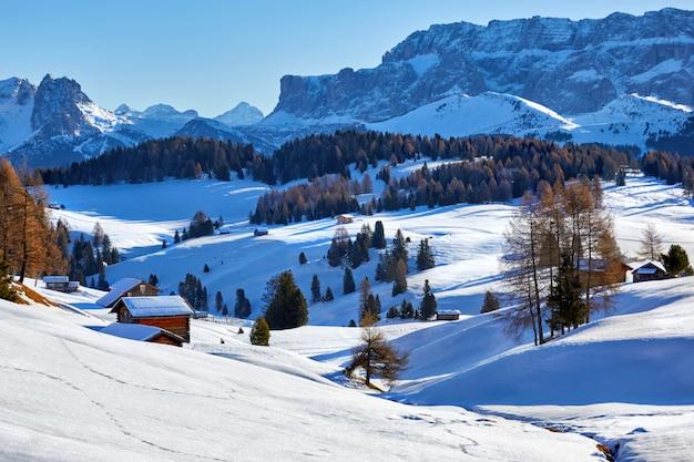 De winterzonsopgang over alpe di siusi dolomites, italië