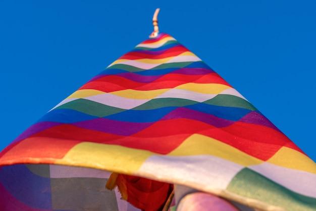 De wiphala, vierkant embleem, vlag om enkele inheemse volkeren van de andes, peru, bolivia, ecuador, argentinië, chili en colombia te vertegenwoordigen.