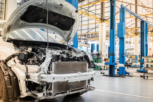 De witte auto veroorzaakte een ongeluk dat het airconditionerpaneel en het radiatorpaneel beschadigde