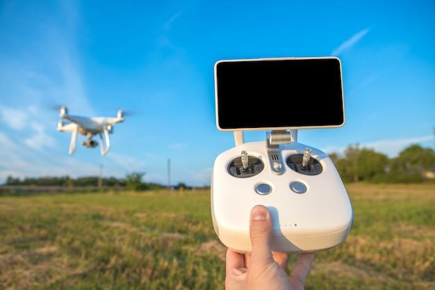De witte drone in handen van de man