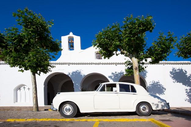 De witte kerk van ibiza sant carles de peralta in de balearen