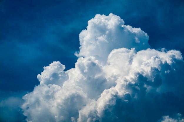 De witte reusachtige zonneschijn van de hoopwolk in zachte wolk van de de zomer de blauwe hemel
