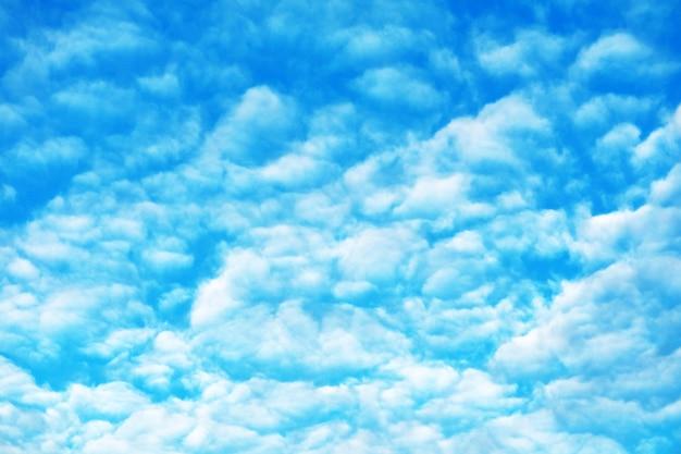 De witte uitgespreide zonneschijn van de hoopwolk in zachte wolk van de de zomer de blauwe hemel