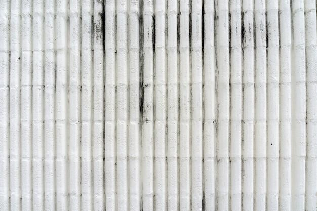 De witte vuile muur van het cementpoetsmiddel
