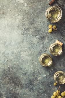 De witte wijn op de steenachtergrond, sluit omhoog