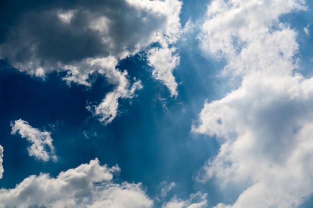 De witte zuivere zonneschijn van de hoopwolk in het blauwe hemel zachte zonlicht