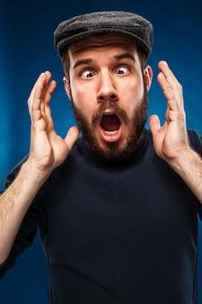 De woede en schreeuwende man