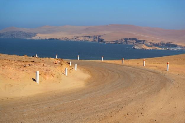 De woestijnweg van paracas langs de vreedzame oceaan, de nationale reserve van paracas in ica, peru