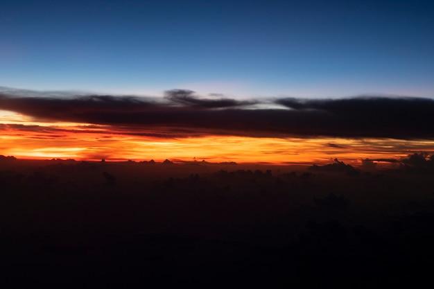 De wolkenkleur van de schemeringhemel in de avond