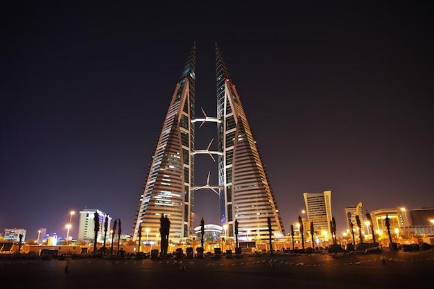 De wolkenkrabber in de financiële haven van bahrein in manama bahrein