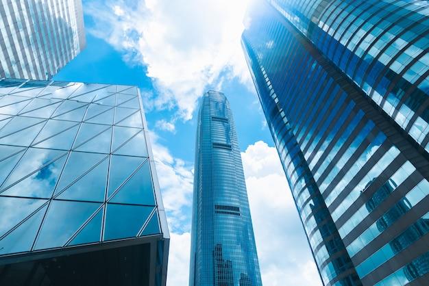 De wolkenkrabberbouw in hong kong, stadsmening in blauwe filter