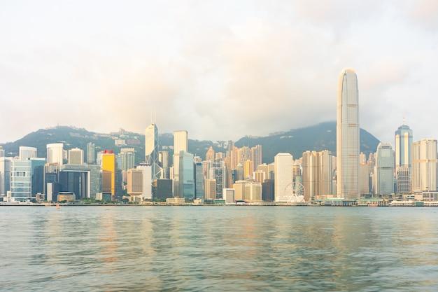 De wolkenkrabbergebouwen van het panoramische oriëntatiepunt bij victoria-haven in hong kong-stad