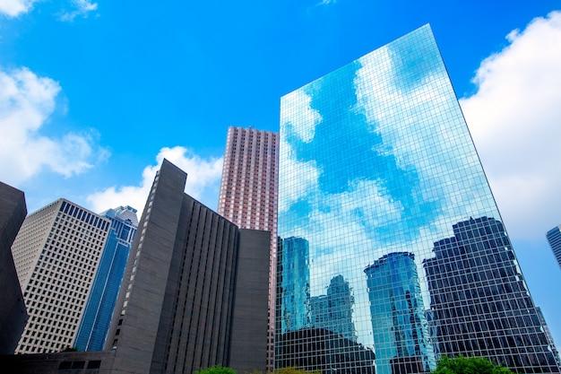 De wolkenkrabbers van de binnenstad van houston verbreken blauwe hemelspiegel