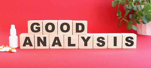 De woorden good analysis zijn gemaakt van houten kubussen