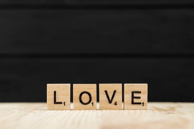 De woordliefde gespeld met houten letters