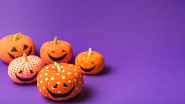 De zachte gelukkige het glimlachen van halloween pompoenen