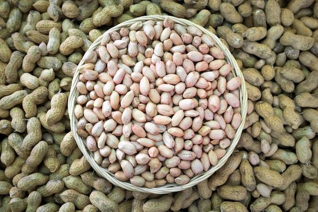 De zaden van pinda's in een rotanmand