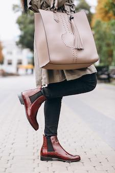 De zak van de vrouw dicht omhoog
