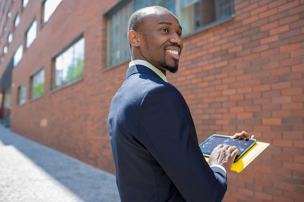 De zakelijke zwarte man met laptop