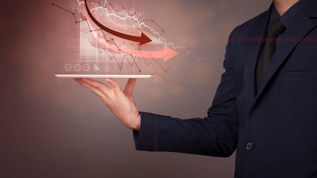 De zakenman analyseert economische gegevensinstorting, concept van de wereld het economische crisis