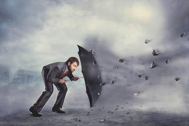 De zakenman beschermt zichzelf tegen de crisis